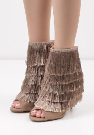 Botine kaki in stil Peep toe cu toc subtire si aplicatii de franjuri cu aspect decorativ Pencil