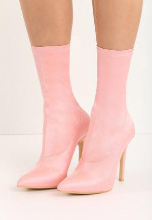 Botine roz cu toc inalt si subtire si varful ascutit pentru tinute stilate de ocazie Valentina