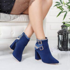 Botine dama albastre cu toc gros si varful ascutit accesorizate cu aplicatii moderne cu imprimeuri traditionale Sedy